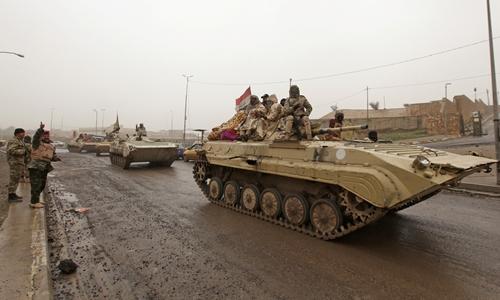 Xe tăng quân đội Iraq ở đông Mosul. Ảnh: Reuters.