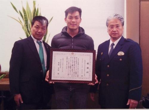 lao-xuong-song-cuu-nguoi-thanh-nien-viet-duoc-nhat-ban-trao-giay-khen