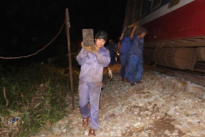 Trắng đêm cứu hộ 3 toa tàu lật để thông tuyến đường sắt