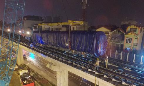 Toa tàu đầu tiên tuyến Cát Linh – Hà Đông được đưa vào đường ray