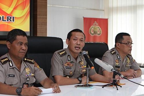 Ông Argo Yuwono, phát ngôn viên cảnh sát Indonesia (giữa) trong cuộc họp báo tại Jakarta hôm