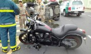 Biker gây sửng sốt khi lái môtô tông lật xe hơi 7 chỗ