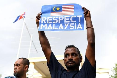 Người biểu tình hôm nay cầm khẩu hiệu Hãy tôn trọng Malaysia trước đại sứ quán Triều Tiên. Ảnh: AFP