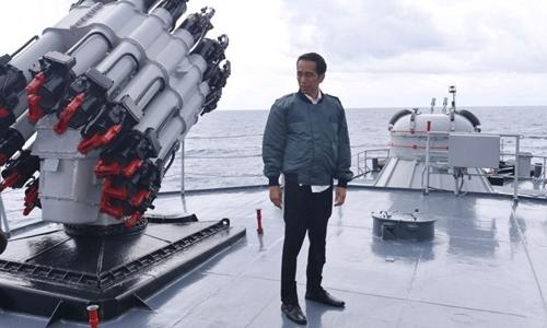Tổng thống Indonesia Widodo đứng trên boong chiến hạm Hải quân Indonesia. Ảnh: Reuters