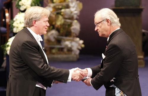 Giáo sư Brian Schmidt (trái) nhận giải Nobel từ vua Carl XVI Gustaf của Thụy Điển. Ảnh: Telegraph