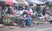 Người Việt giận dữ vì vỉa hè bị chiếm nhưng lại tấp vào lề mua hàng