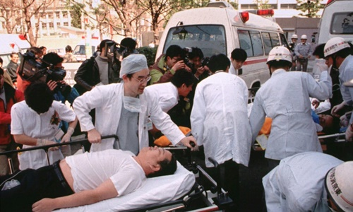 Bác sĩ cấp cứu các nạn nhân bị tấn công bằng khí độc sarin ở Tokyo năm 1995. Ảnh: AP