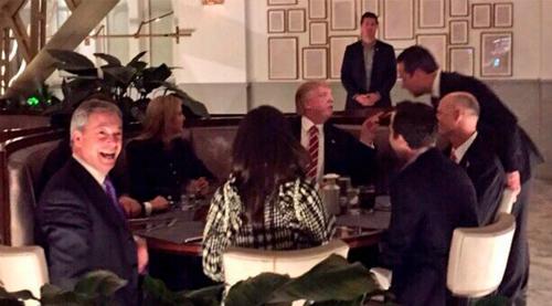 Thủ lĩnh Brexit làm khách không mời trong bữa tối của Trump