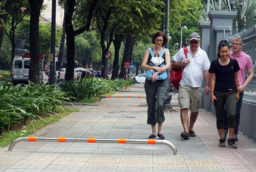 Barie trên vỉa hè trung tâm Sài Gòn được thay đổi