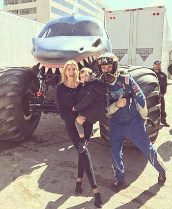 Ivanka đưa các con đi xem một sự kiện xe thể thao Monster Jam.