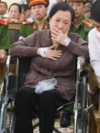 Nữ giám đốc DNTN Ngọc Sinh đến tòa bằng xe lăn. Ảnh: Phúc Hưng