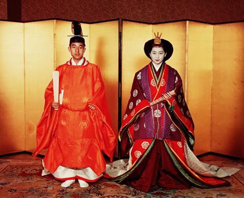 Thái tử Akihito mặc sokutai và công nương Michiko mặc junihitoe trong hôn lễ. Ảnh: