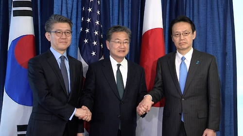 Kim Hong-kyun (L), South Koreas chief envoy on North Korea issues, poses for a photo with his U.S. and Japanese counterparts, Joseph Yun (C) and Kenji Kanasugi (R), during a meeting in Washington on Feb. 27, 2017. (Yonhap)
