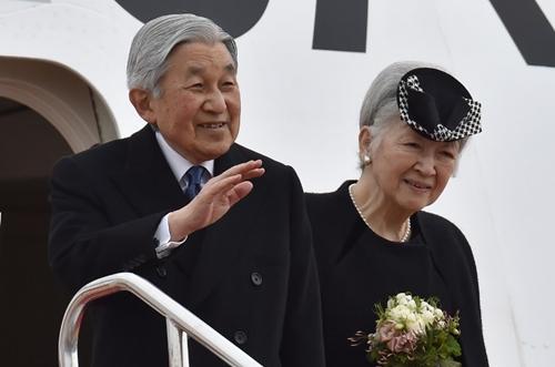 Nhật hoàng và Hoàng hậu vẫy tay khi chuẩn bị rời sân bay Haneda, Tokyo để tới Việt Nam.