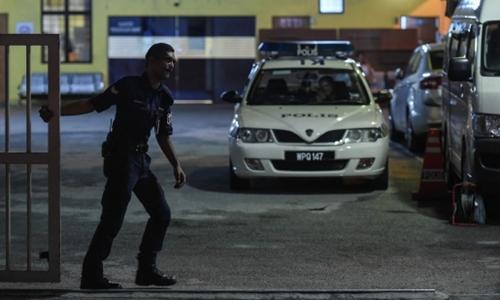 Cảnh sát Malaysia canh giữ tại nơi để xác công dân Triều Tiên. Ảnh: AFP