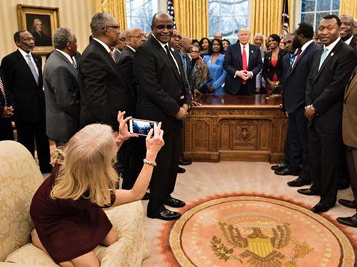Bà Conway quỳ cả hai chân lên ghế sofa và chụp ảnh cho mọi người.
