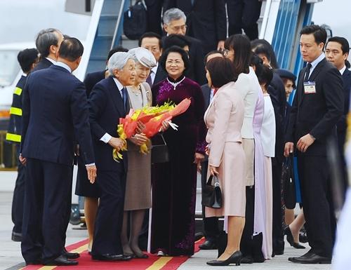Nhà vua và Hoàng hậu Nhật Bản được chào đón tại sân bay Nội Bài.