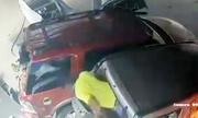 Xe tải dồn một loạt ôtô phá nát cây xăng