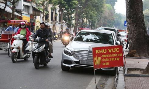 Ôtô dừng đỗ trên vỉa hè Hà Nội bất chấp biển cấm