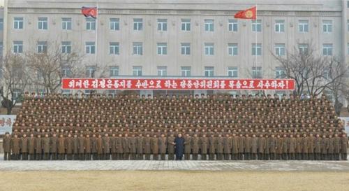 Lãnh đạo Triều Tiên Kim Jong-un chụp ảnh chung với các quân nhân quân đoàn 966. Ảnh: KCNA