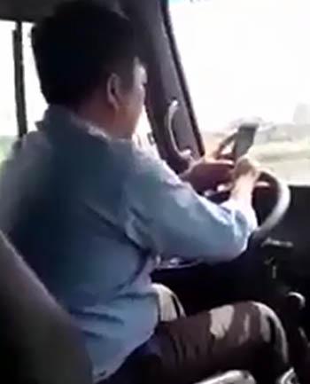 buong-vo-lang-nhan-tin-2-phut-tai-xe-xe-buyt-bi-phat-700000-dong
