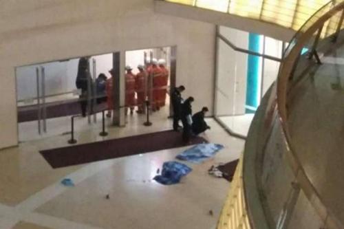 Hiện trường vụ tai nạn ở Joy City Shopping Mall tại thành phố Thiên Tân tối 27/2.