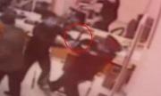 Bảo vệ 50 tuổi tay không hạ gục tên cướp ngân hàng có dao