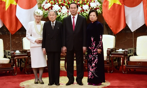 Nhà vua và Hoàng hậu Nhật Bản chụp ảnh cùng Chủ tịch nước Trần Đại Quang và phu nhân. Ảnh: giang Huy.