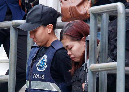 Nghi phạm Siti Aisyah cũng được mặc áo chống đạn khi ra khỏi tòa. Ảnh: Reuters