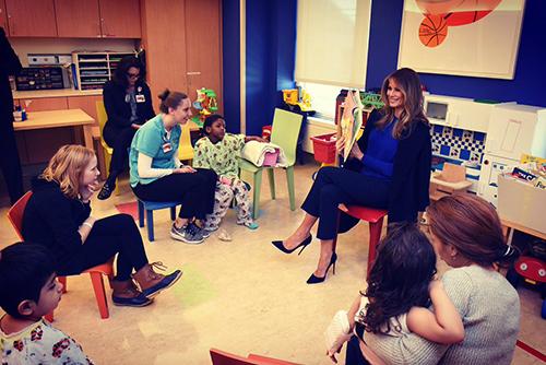Bà Melania Trump nói chuyện với những bệnh nhân nhí trong phòng vui chơi ngập tràn đồ chơi ở Trung tâm Y tế Weill Cornell.