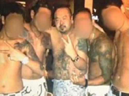 Kim Jong-nam đứng giữa, trên người có hình xăm năm 2013. Ảnh: FNN