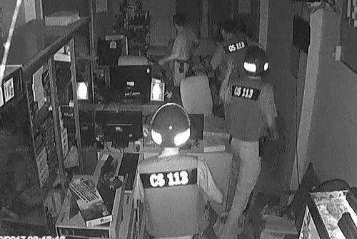 Cảnh sát ập vào bắt quả tang tên trộm. Ảnh: Cắt Clip