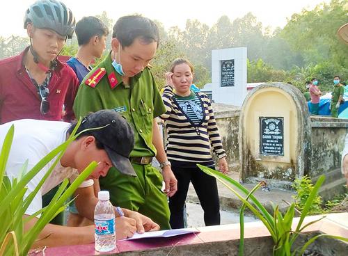 Cảnh sát khai quật mộ bé trai sau một ngày được mẹ chôn cất tại chùa để tìm nguyên nhân tử vong. Ảnh: CTV