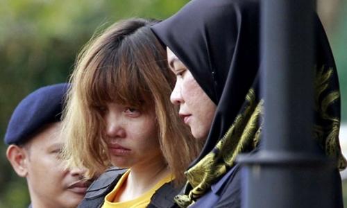 Cảnh sát áp giải Đoàn Thị Hương rời phiên tòa ở Sepang, Malaysia, ngày 1/3. Ảnh: AP.
