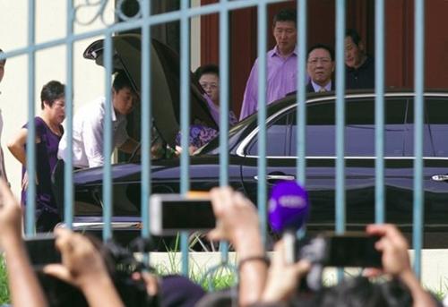 Ông Kang Chol (phải) chuẩn bị lên xe.