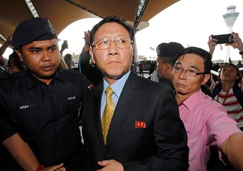 Ông Kal tại sân bay Kuala Lumpur chiều nay. Ảnh: Reuters