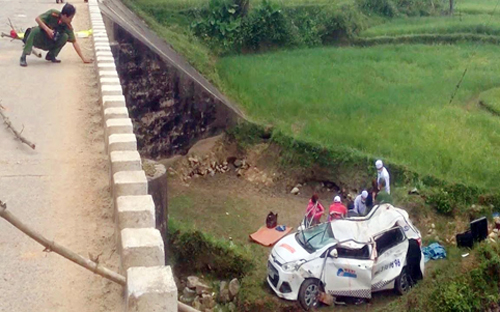 5 người đi ăn cưới bị nạn khi taxi lao khỏi cầu