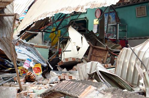 Cửa hàng điện thoại bị tông sập. Ảnh: Nguyệt Triều