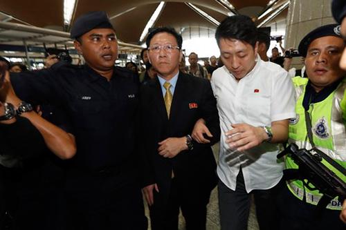Ông Kang Chol được hộ tống đến sân bay Kuala Lumpur