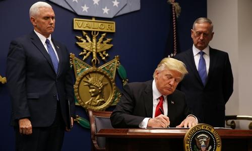 Tổng thống Donald Trump ký sắc lệnh cấm nhập cảnh lần đầu ngày 27/1. Ảnh: Reuters.
