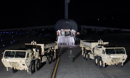 Bộ phận đánh chặn trong tổ hợp THAAD được chuyển tới căn cứ Osan, Hàn Quốc, đêm 6/3. Ảnh: Reuters.