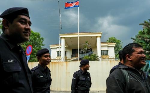 Cảnh sát Malaysia trước cửa đại sứ quán Triều Tiên ở Kuala Lumpur hôm 23/2. Ảnh: Reuters