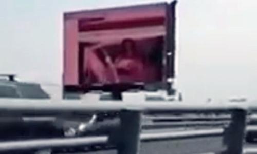 Tin tặc chèn phim khiêu dâm lên màn hình quảng cáo cỡ lớn sát xa lộ ở Mexico. Ảnh: CEN
