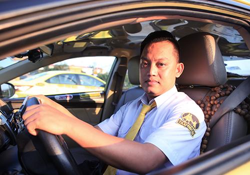 tai-xe-giup-san-phu-vuot-can-tren-taxi