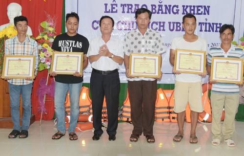 Thuyền trưởng Lâm (áo trắng chấm bi) cùng bốn thuyền viên theo tàu vinh dự nhận bằng khen của lảnh đạo tỉnh Kiên Giang. Ảnh: Xuân Khoa