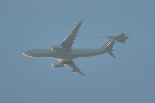 Máy bay Typhoon được tiếp dầu trên không sau khi hộ tống máy bay chở hàng. Ảnh: Twitter