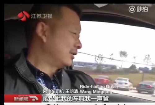 xe-sang-audi-ruot-duoi-nhau-dam-gay-cot-den-5