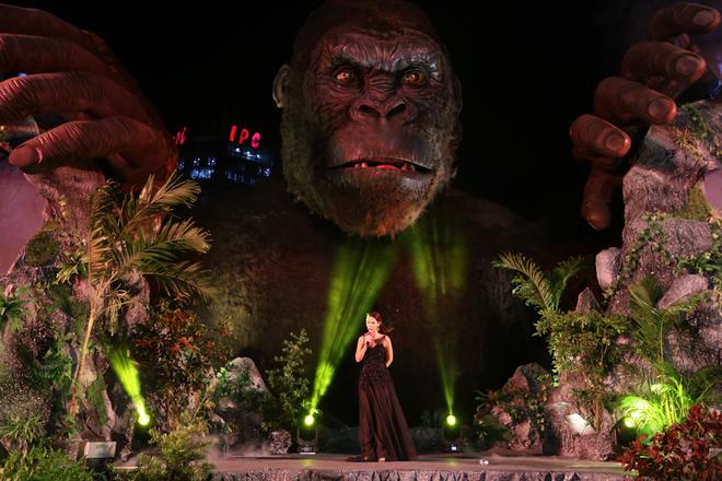 Giải trí: Sân khấu ra mắt bom tấn 'Kong: Skull Island' ở Sài Gòn chìm trong lửa