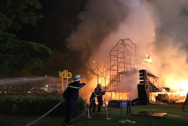 Sân khấu ra mắt bom tấn 'Kong: Skull Island' ở Sài Gòn chìm trong lửa