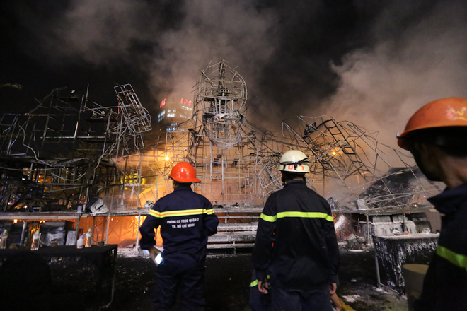 Hiện trường vụ cháy sân khấu ra mắt bom tấn 'Kong: Skull Island' ở Sài Gòn